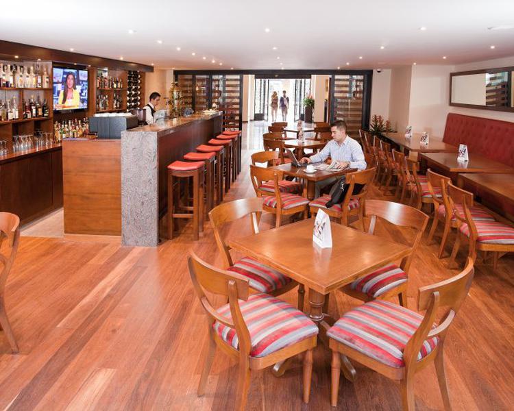 LOBBY BAR ESTELAR Suites Jones Hotel